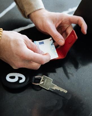 https://www.entre2retros.com/en/gifts-for-men/308-328-recycled-leather-money-clip-3760023234123.html